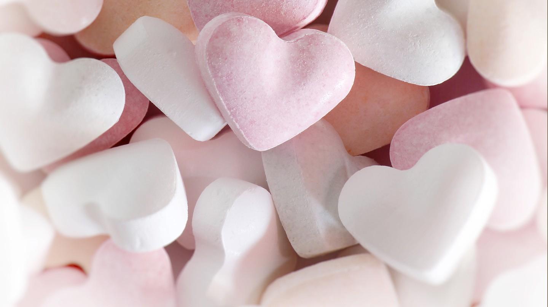 Symptome bei Unterzuckerung: Ein Foto mit sehr vielen weißen und rosa Traubenzucker-Herzen.